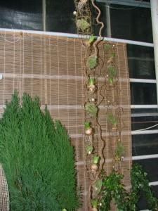 Denna hängande dekor på Norrvidinge handelsträdgård inspirerade mig till att dekorera bordet hemma