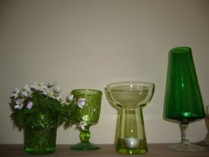 Vitsippor med gröna bekanta