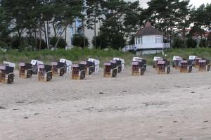 Stranden  med de härliga korgstolarna