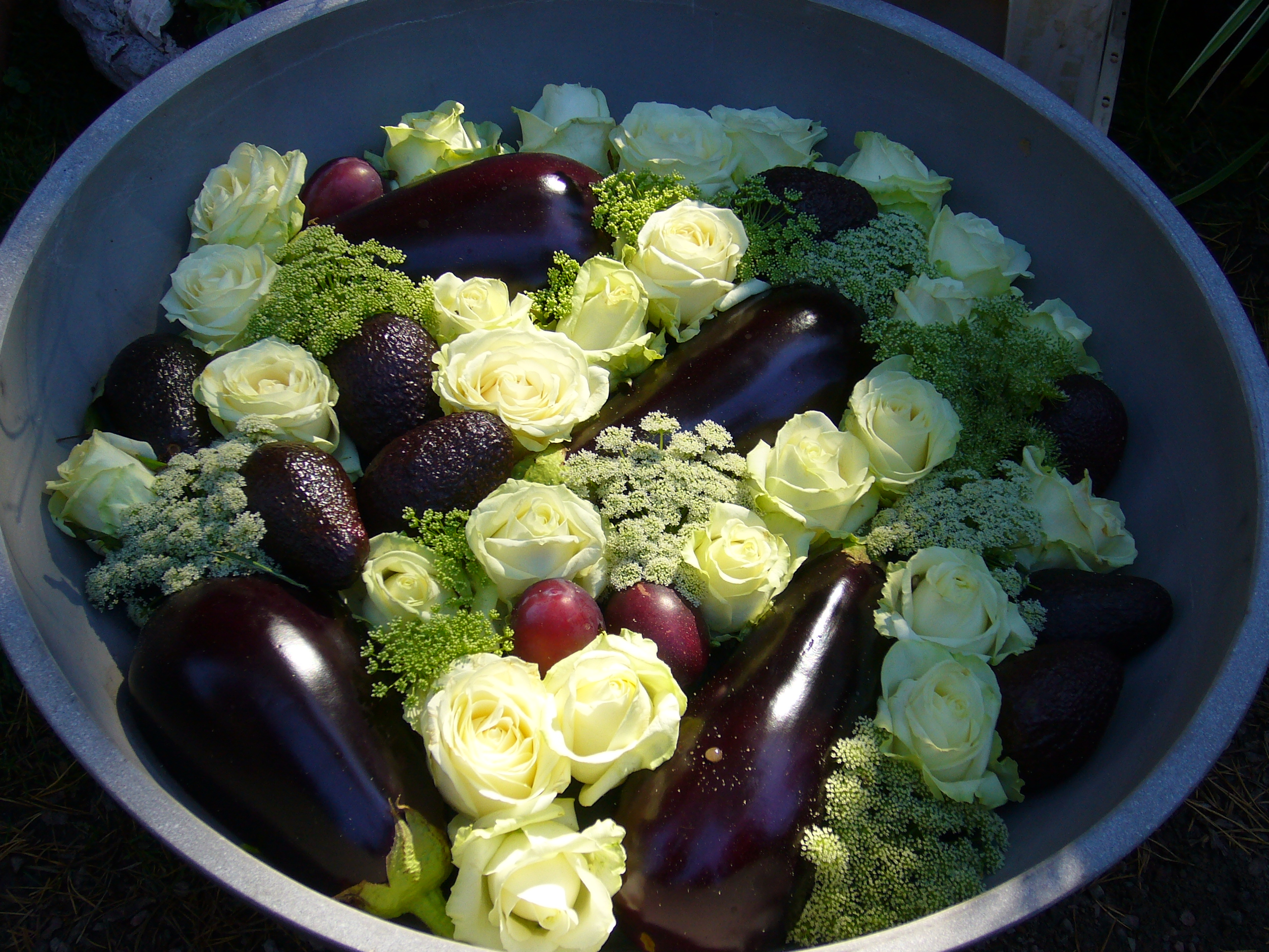 Ovanlig dekoration med snittblommor och grönsaker
